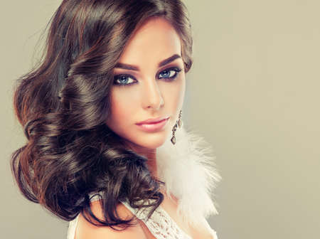 Portrait of young curly haired brunette with vivid eastern style make up.Elegant curly hairstyles. Banco de Imagens - 110779519