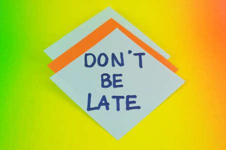 llegar tarde: No seas escritura finales sobre el papel en el tablero colorido
