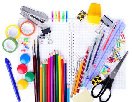 sacapuntas: Materiales escolares de educación elementos aislados en un fondo blanco