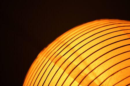 geschwungene linie: Orange, gelb, Chinesisch traditionelle Laternenlicht in Kurve halb abstraktes Bild auf Normalpapier schwarzem Hintergrund Studio.