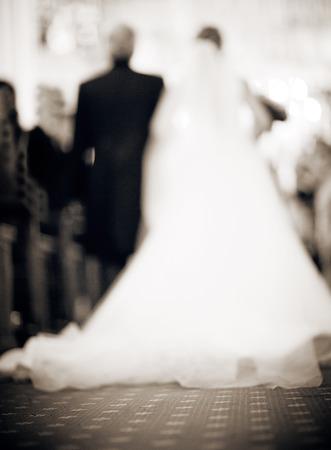 c�r�monie mariage: Mari�e en robe blanche et son p�re marcher dans l'all�e � l'�glise catholique religieuse d�focalis�.