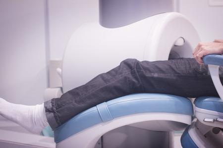 resonancia magnetica: Paciente y Doctor en totalmente abierta de alto campo de imagen de resonancia magn�tica MRI CAT Scan rodilla exploraci�n y la pierna.