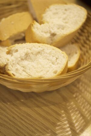 canasta de pan: Blanco canasta de pan baguette en la mesa de la foto. Foto de archivo