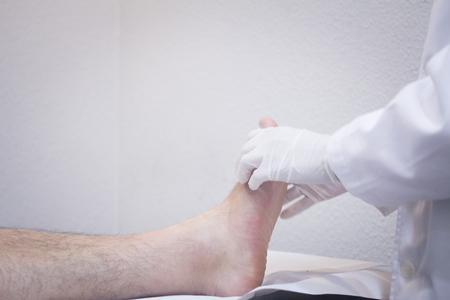 orthop�die: Homme traumatologue orthop�die chirurgien m�decin examinateur homme d'�ge des patients milieu pour d�terminer blessure, la douleur, la mobilit� et de diagnostiquer un traitement m�dical. Banque d'images