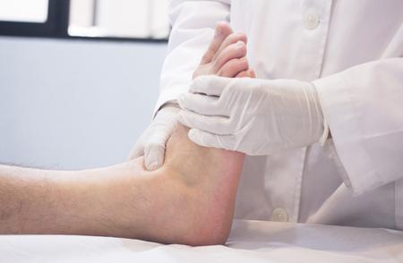 부상, 통증, 이동성을 결정하고 치료를 진단하는 중간 세 남자 환자를 검사 남성 Traumatologist 정형 외과 외과 의사입니다.