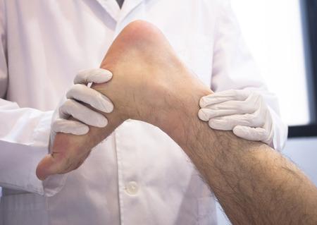 부상, 통증, 이동성을 결정하고, 발, 발목, 다리와 종아리에 대한 치료를 진단하는 가운데 세 남자 환자를 검사 남성 Traumatologist 정형 외과 외과 의사입 스톡 콘텐츠