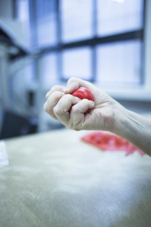 fisioterapia: Estimulaci�n Mano utiliza para tratar el dolor, los m�sculos lesiones, esguinces y la tensi�n en fisioterapia del hospital cl�nica de rehabilitaci�n m�dica para el paciente utilizando ejercicios de pelota de goma.
