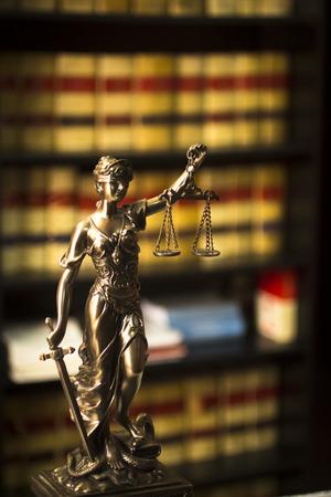실제 권유 법률 변호사 사무실 라이브러리 책장에 스페인에서 오래 된 법률 책 스페인어 법정 변호사 법에보고합니다.
