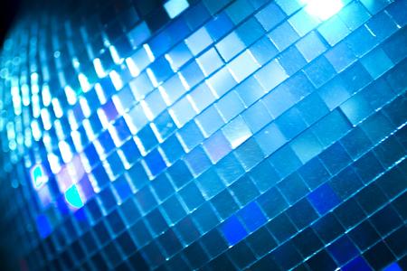 musique dance: Disco ball � Ibiza house techno musique de danse partie de r�ception de mariage en bo�te de nuit avec color�es lumi�res disco effet d'�clairage.