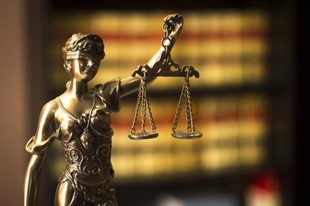 estatua de la justicia: Libros jurídicos antiguas españolas informes de abogados abogados en España en el estante en bienes biblioteca legal abogados oficina abogados vida.