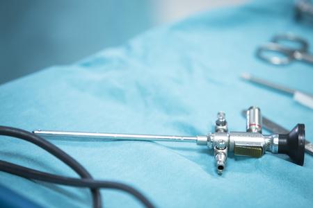 Traumatologia chirurgia ortopedica sala operatoria soccorso dell'ospedale preparato per la macchina fotografica funzionamento artroscopia sul tavolo con attrezzature Archivio Fotografico - 46449355