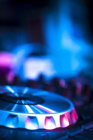 DJ コンソール cd mp4 ディージェイ ミキシング デスク イビサ島の家テクノ ダンス音楽結婚式レセプション パーティーのナイトクラブで着色された照