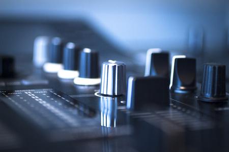 DJ console cd mp4 deejay mengtafel Ibiza techno house dance muziek huwelijksreceptie feestje in de nachtclub met gekleurde verlichting effect discolichten.