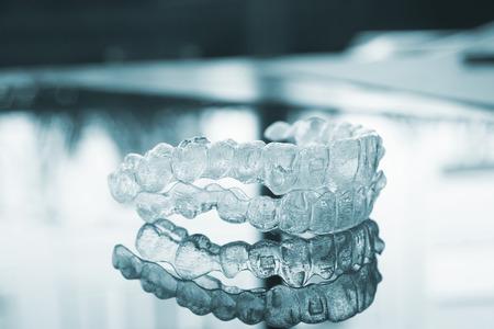 보이지 않는 치과 치아 브라켓 치아 얼 라이너 플라스틱 치아를 똑 바르게 치과 리테이너 중괄호. 치과 의사 사무실 치과 수술 클리닉에서 교정 일시적