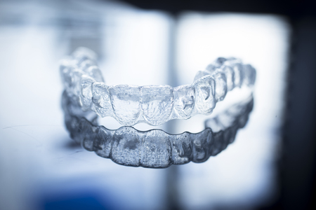 muela: Invisible corchetes de los dientes dentales alineadores de dientes de plástico se prepara retenedores de odontología para enderezar los dientes. Ortodoncia removibles alisadores temporales en la oficina del dentista clínica de cirugía dental. Foto de archivo