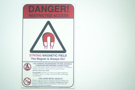 magnetismo: Abierta de alto campo Imagen de Resonancia Magn�tica esc�ner de resonancia magn�tica nuclear CAT Scan magnetismo nuclear totalmente la se�al de peligro fuera de la habitaci�n en la puerta.