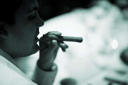 hombre fumando puro: recepción de la boda del acontecimiento del matrimonio hombre partido del cigarro fumar foto.