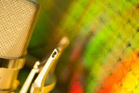 Audio opnemen vocale stem studio microfoon met anti-shock mount en ingebouwde anti-pop filter voor zang en voice-acteurs doen van voice-overs. Stockfoto