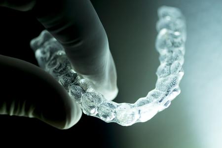 보이지 않는 치과 얼 라이너 현대 치아 브래킷 투명 치아 화장품 치과 및 치열 교정에 치아를 똑 바르게하는 중괄호. 스톡 콘텐츠