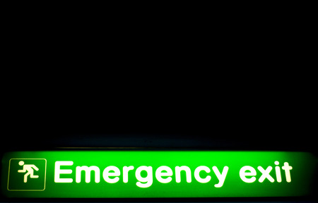 salidas de emergencia: Airport information sign light panel giving directions in departure lounge for emergency exit.