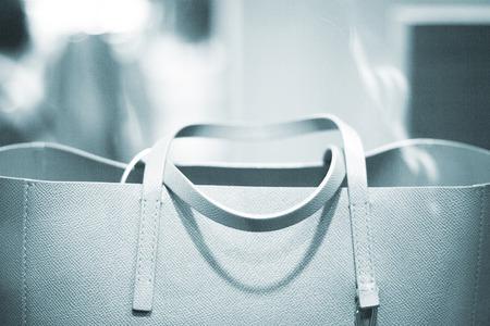 Etalage luxe mode kleding winkel designer lederen handtas foto. Stockfoto