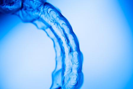 ortodoncia: Alineadores dentales invisibles brackets dentales modernas dientes transparente se prepara para enderezar los dientes en la odontolog�a cosm�tica y ortodoncia. Foto de archivo