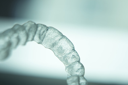 orthodontics: Alineadores dentales invisibles brackets dentales modernas dientes transparentes retenedor se prepara para enderezar los dientes en la odontolog�a cosm�tica y ortodoncia. Foto de archivo