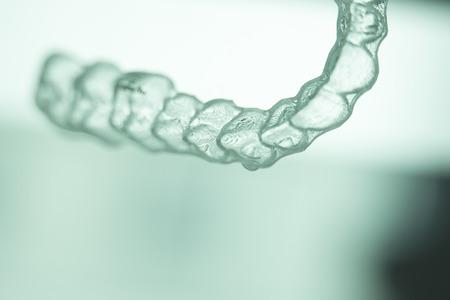 ortodoncia: Alineadores dentales invisibles brackets dentales modernas dientes transparentes retenedor se prepara para enderezar los dientes en la odontolog�a cosm�tica y ortodoncia. Foto de archivo