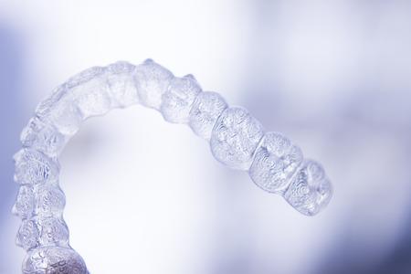 Onzichtbare tandheelkundige aligners moderne tand beugels transparante tanden retainer bretels om tanden recht in cosmetische tandheelkunde en orthodontie.