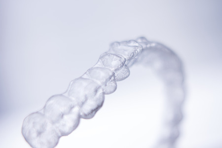 ortodoncia: Invisible dental aligners modern tooth brackets transparent teeth retainer braces to straighten teeth in cosmetic dentistry and orthodontics.