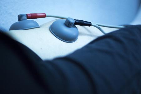 orthopaedics: Cl�nica de fisioterapia y ortopedia paciente en la rehabilitaci�n impulso el�ctrico desde Traumatolog�a foto. Foto de archivo