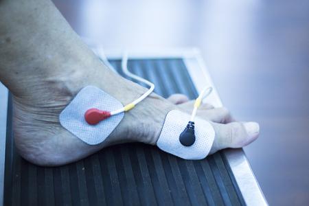 ortopedia: Clínica de fisioterapia y ortopedia paciente en la rehabilitación impulso eléctrico desde Traumatología foto. Foto de archivo