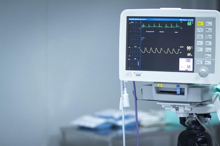 Krankenhaus Chirurgie Herzfrequenz Herzmonitor Bildschirm Foto.