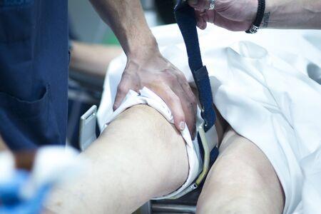 la chirurgie du genou de l'hôpital Arthroscopie opération orthopédique en cas d'urgence photo de salle d'opération.