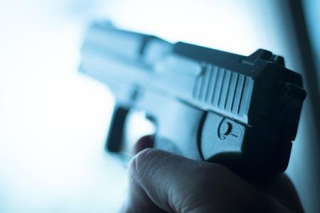arma pistola automática pistola de 9 mm en la foto azul.