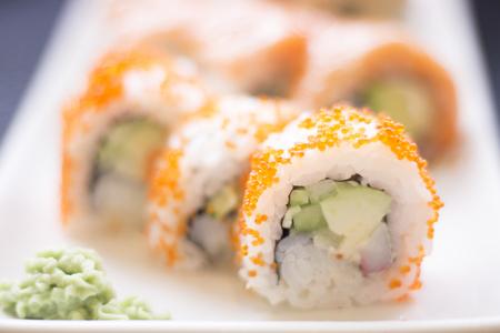 salmon ahumado: Japonés oriental restaurante de sushi de pescado crudo salmón ahumado plato de comida asiática y palillos de madera tradicional foto.