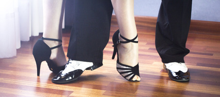 zapatos escolares: Male and female ballroom, standard, sport dance, latin and salsa couple dancers feet and shoes in dance academy school rehearsal room dancing salsa.