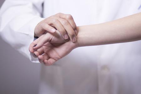 Traumatology 및 정형 외과 의사 의사와 병원, 손, 손가락, 팔 및 손목에 대 한 환자 정형 외과 건강 상담에 상담.