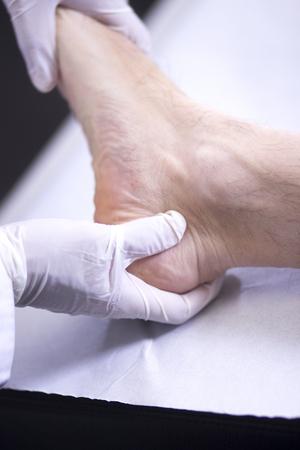 orthopaedics: Traumatolog�a y ortopedia cirujano ortop�dico m�dico y el paciente consulta examen m�dico de los pies, los tobillos y dedos de los pies en la cl�nica hospitalaria. Foto de archivo