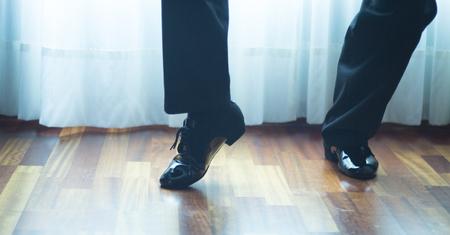 zapatos escolares: sal�n de baile masculino, est�ndar, danza deporte, Pies del bailar�n latino y la salsa y los zapatos de baile de la escuela academia local de ensayo de baile de salsa.