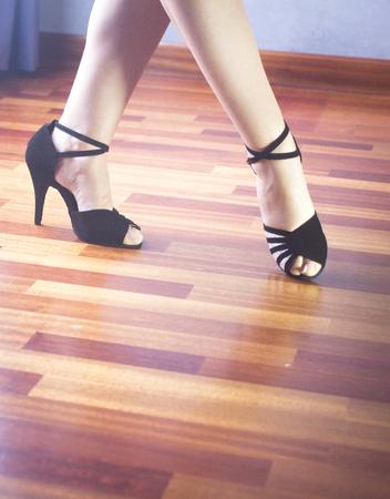 bailarines de salsa: salón de baile femenino, estándar, danza deporte, Pies del bailarín latino y la salsa y los zapatos de baile de la escuela academia local de ensayo de baile de salsa.