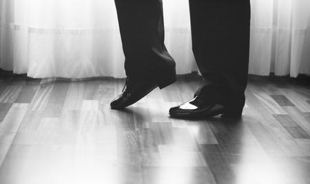bailarines de salsa: salón de baile masculino, estándar, danza deporte, Pies del bailarín latino y la salsa y los zapatos de baile de la escuela academia local de ensayo de baile de salsa.