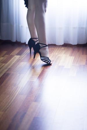 bailando salsa: sal�n de baile femenino, est�ndar, danza deporte, Pies del bailar�n latino y la salsa y los zapatos de baile de la escuela academia local de ensayo de baile de salsa.