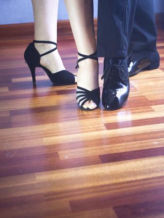 bailarines de salsa: Masculino y femenino sal�n de baile, est�ndar, danza deporte, latino y la pareja de bailarines de salsa pies y los zapatos en la sala de ensayo de baile de la escuela academia de baile de estilo moderno y contempor�neo. Foto de archivo
