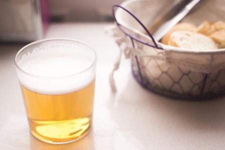 canasta de pan: Lager vaso de cerveza y una cesta de pan en la foto del café del restaurante.