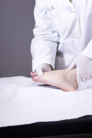 ortopedia: Traumatología y ortopedia cirujano ortopédico médico y el paciente consulta examen médico de los pies, los tobillos y dedos de los pies en la clínica hospitalaria. Foto de archivo