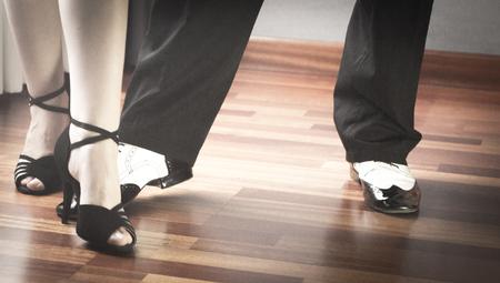 zapatos escolares: Masculino y femenino sal�n de baile, est�ndar, danza deporte, latino y la pareja de bailarines de salsa pies y los zapatos de baile de la escuela academia local de ensayo de baile de salsa. Foto de archivo