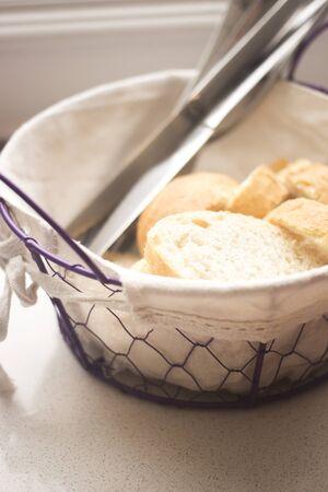 canasta de pan: La cesta de pan en el caf� restaurante de fotos.