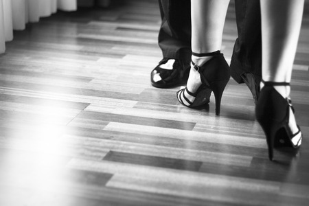 baile latino: Masculino y femenino salón de baile, estándar, danza deporte, latino y la pareja de bailarines de salsa pies y los zapatos de baile de la escuela academia local de ensayo de baile de salsa. Foto de archivo