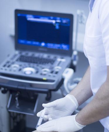 inyeccion: La ecografía ecografía asistida Intratisular electrólisis percutánea terapia física tratamiento fisioterapeuta inyección en el hospital Centro Médico de la clínica de fisioterapia IPE. Foto de archivo